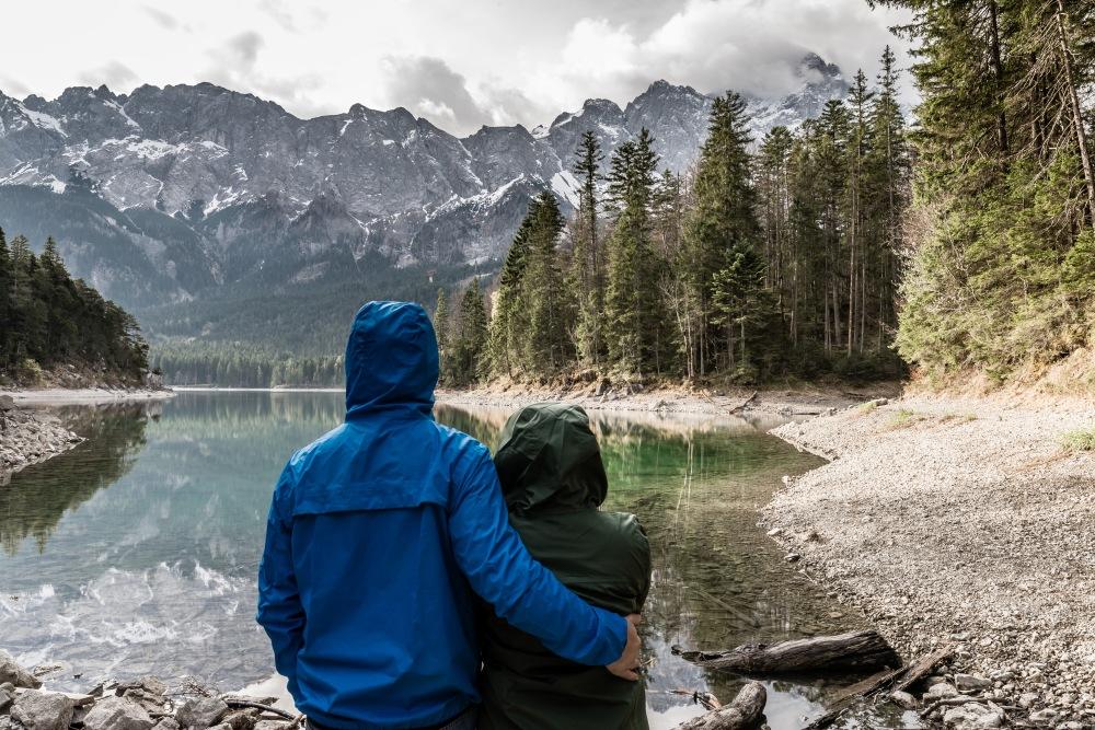 Casal em frente a lago