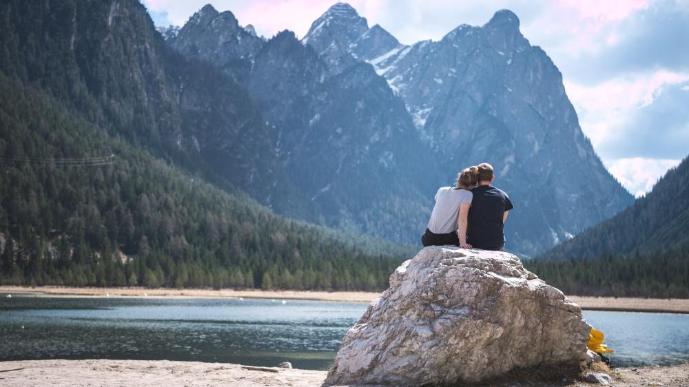 Casal em frente a montanhas