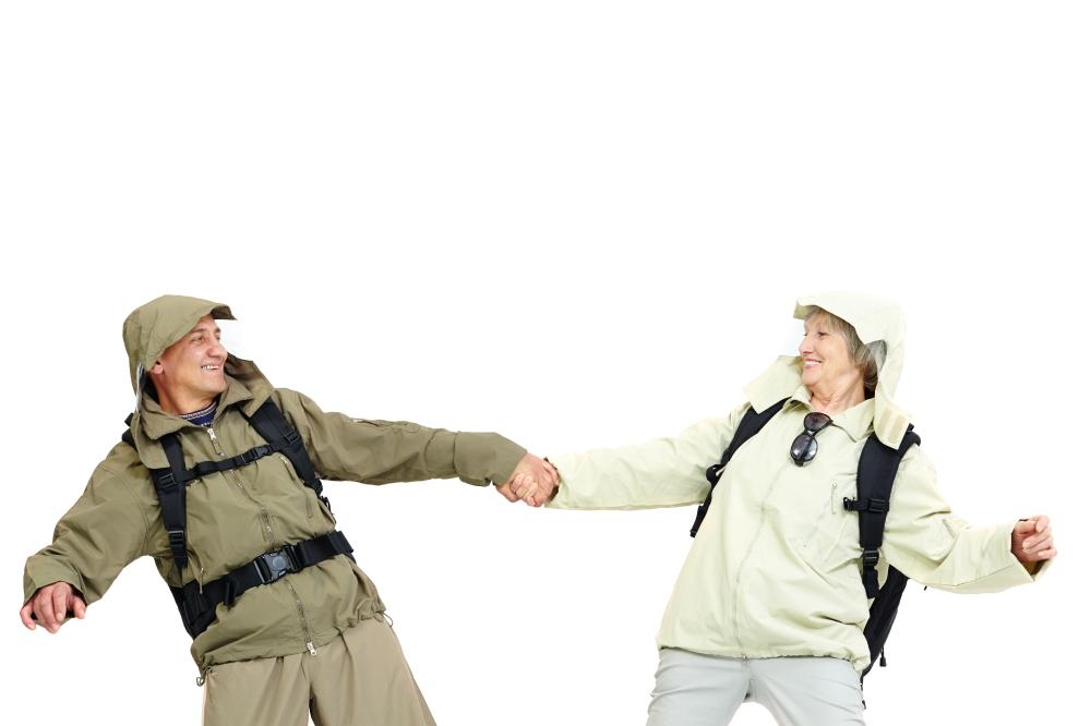 Casal de montanhistas idosos